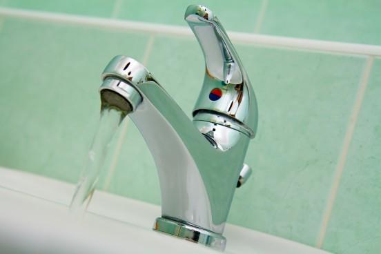 apa-chiuveta-robinet-shutterstock_10888585